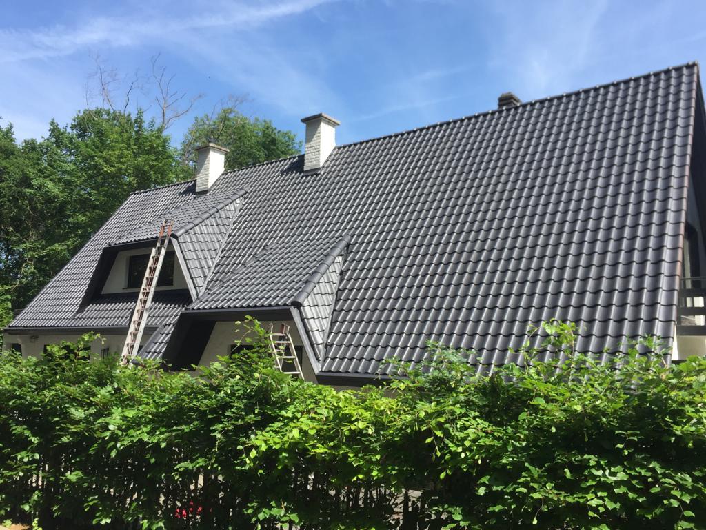 Un toit entièrement rénové par les couvreurs professionnels de Les Compagnons, couvreurs à Clamart, interventions en Ile de France