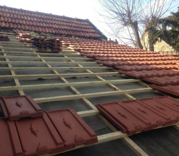 Un toit entièrement en cours de rénovation par les couvreurs professionnels de Les Compagnons, couvreurs à Clamart, interventions en Ile de France